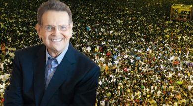 Reinhard-Bonnke-and-a-crusade-crowd-in-Africa-1200.jpg